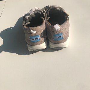 NWOT TOMS 6 Tan Sneaker